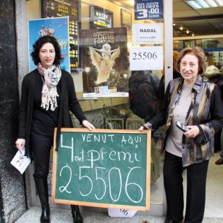 La propietària de l'administració número 1 de Caldes, Rosa Viaplana, mostra el número premiat