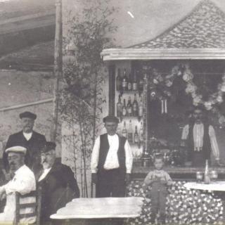 1918, quiosc de begudes obert a l'estiu, estava a l'esquerra de