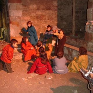 Nens escoltant un conte, del Pessebre Vivent de Valls