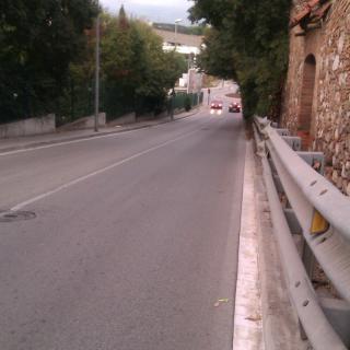 Gran vorera ... permet el pas de vianants i la circulació de vehicles de dos rodes sense perill de menjar-te cap branca.