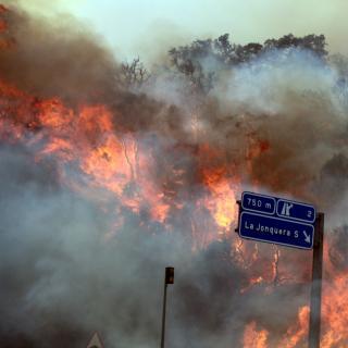 El foc de la Jonquera, a tocar de l'autopista AP-7
