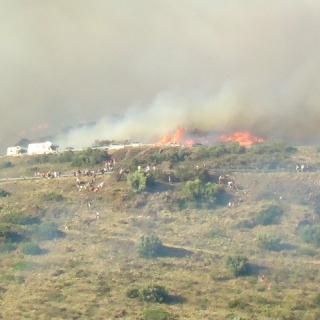 Gent baixant i fugint del foc en un penyassegat a Portbou