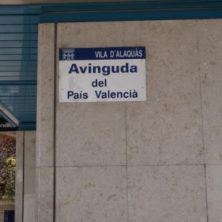 Rètol de senyalització de l'avinguda del País Valencià a aquesta localitat de l'Horta.