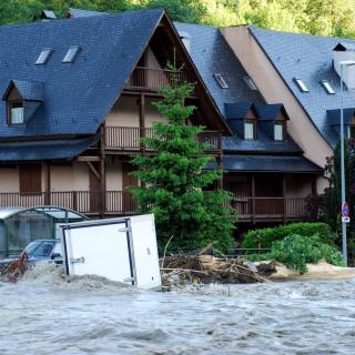 El riu Garona, al seu pas per Vielha aquest dimecres, arrossegant troncs i provocant destrosses materials