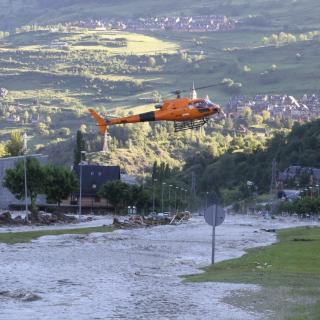 Imatge d'un helicòpter a Vielha, on el cabal del riu Garona ha començat a baixar