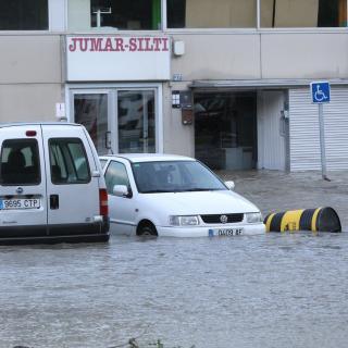 El riu Garona encara inunda diverses zones de Vielha, tot i que el cabal ha començat a baixar