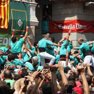 L'eufòria dels Castellers de Vilafranca després de descarregar el tres de deu amb folre i manilles