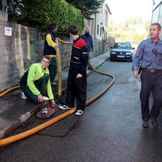 Veïns i voluntaris ajuden a omplir els dipòsits d'aigua dels tractors que col·laboren en les tasques per extingir el foc al Baix Empordà