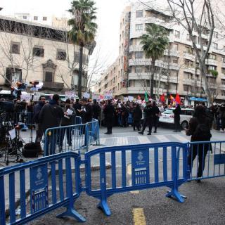 Centenars de manifestants s'han concentrat prop dels jutjats de Palma per protestar contra la infanta Cristina