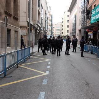 El carrer que dóna accés a la famosa rampa del jutjat ha estat tallat per la policia