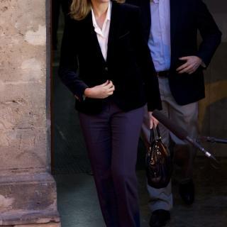 La filla petita del Rei s'acomiada de la premsa congregada a les portes del jutjat de Palma somrient amb un