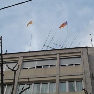 Estelada i Senyera a la façana de l'edifici on visc sobre la Rambla