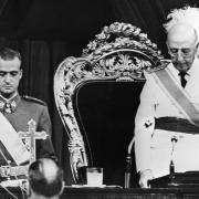 El príncep Joan Carles, al costat del dictador Francisco Franco durant una sessió de les Corts el 22 de juliol de 1969