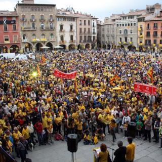 Més de 3.000 persones omplen la Plaça Major de Vic a crits de 'Votarem'