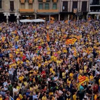 Imatge general de la concentració a Reus contra la suspensió del TC