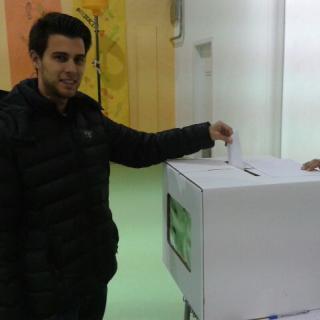 Pol Isern votant.