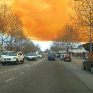 El cel d'Igualada tenyit de color taronja a causa del núvol que s'ha creat per l'explosió d'un camió cisterna amb àcid nítric
