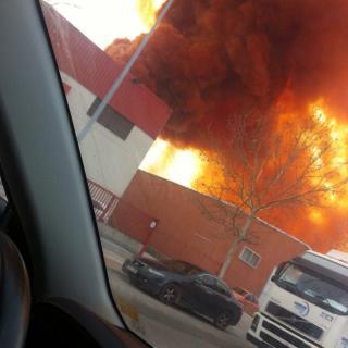 Imatge de l'incendi que ha provocat el núvol de color taronja, que després ha resultat no ser tòxic però sí irritant