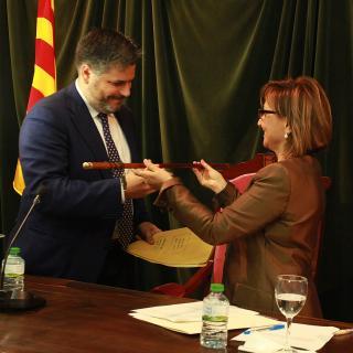 L'alcalde de Valls, Albert Batet, rebent la vara d'alcalde