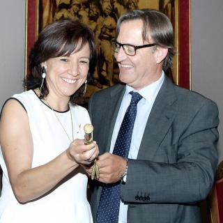 Anna Erra rep el relleu a l'alcaldia de Vic de la mà de Josep Maria Vila d'Abadal