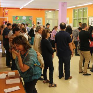 Cues per votar a l'Escola Pia  de Balaguer