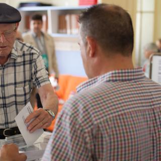 Reus. Un home vota a les eleccions al Parlament 2015