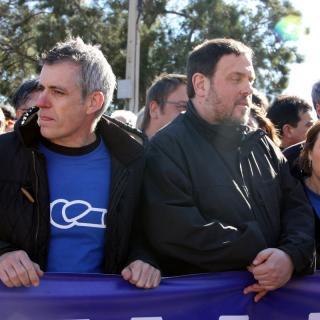 El vicepresident del Govern, Oriol Junqueras, sosté una de les pancartes de la manifestació acompanyat de la presidenta del Parlament, Carme Forcadell, i l'alcalde d'Amposta, Adam Tomàs