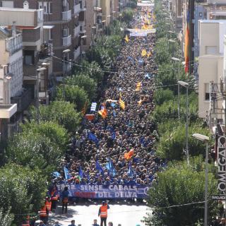 Aspecte general de la manifestació contra el pla de conca de l'Ebre pels carrers d'Amposta, aquest diumenge, 7 de febrer del 2016
