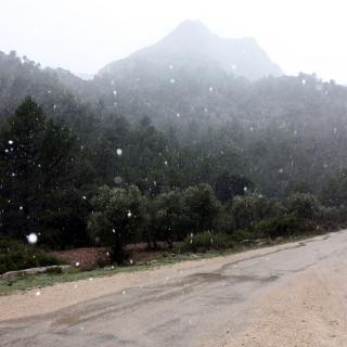 Pla general de les muntanyes als Ports quan comença a nevar