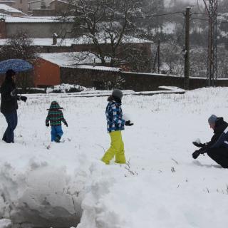 una família juga amb la neu a Prades