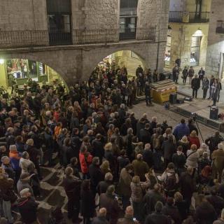 Centenars de persones es concentren davant l'Ajuntament de Girona a l'acte de suport a la presidenta del Parlament, Carme Forcadell, que aquest divendres declara al TSJC