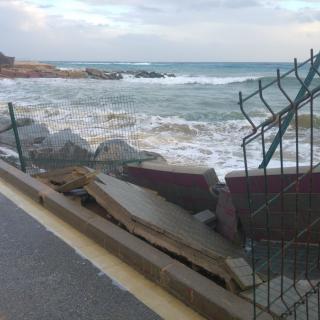 Tram del Camí de la Pomereda tancat al trànsit perquè les onades han desfalcat l'asfalt de la carretera i s'han menjat la platja