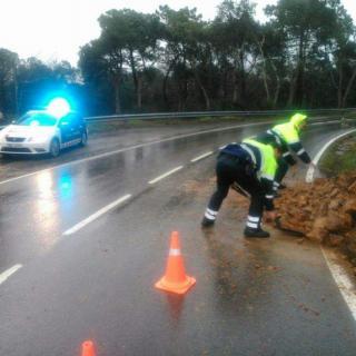 Els Mossos netegen la carretera a Sant Feliu de Guíxols