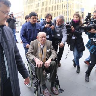Fèlix Millet arriba a la Ciutat de la Justícia en cadira de rodes