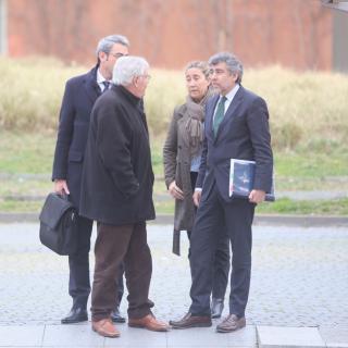 Els Montull amb els seus advocats a les portes de la Ciutat de la Justícia