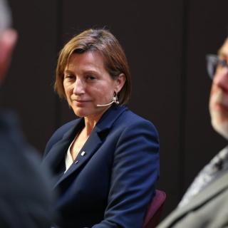 La presidenta del Parlament, Carme Forcadell, el director d'El Punt Avui, Xevi Xirgo, i el diputat de Junts pel Sí Lluís Llach, durant la xerrada al Moment Zero