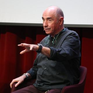 El diputat de Junts pel Sí Lluís Llach, gesticula durant una intervenció al col·loqui del Moment Zero