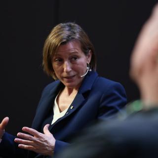 La presidenta del Parlament, Carme Forcadell, conversa amb el diputat de Junts pel Sí Lluís Llach, al Moment Zero
