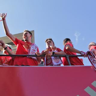 Els jugadors del Girona F.C. saludant des de dalt de l'autocar