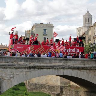 L'autocar amb els jugadors del Girona F.C. en el moment de travessar el Pont de Pedra
