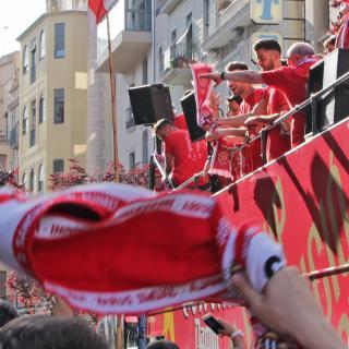Els jugadors del Girona F.C. dalt de l'autocar festejant l'ascens a Primera Divisió