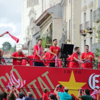 Els jugadors del Girona F.C. i els gironins celebrant l'ascens a Primera Divisió en el moment de travessar el Pont de Pedra
