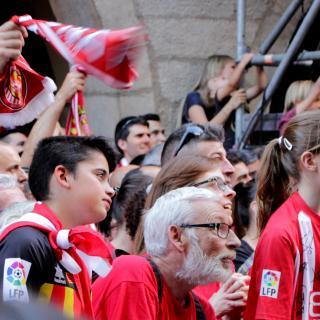 Uns nens, d'entre els assistents a la celebració, escolten emocionats les paraules dels seus jugadors preferits