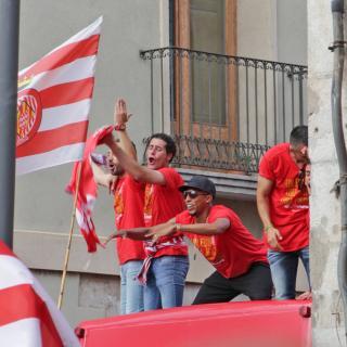 Els jugadors del Girona F.C. canten i ballen damunt de l'autocar de la celebració
