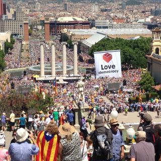 L'esplanada de la Font Màgica de Montjuïc, plena d'assistents a l'acte de les entitats pel referèndum