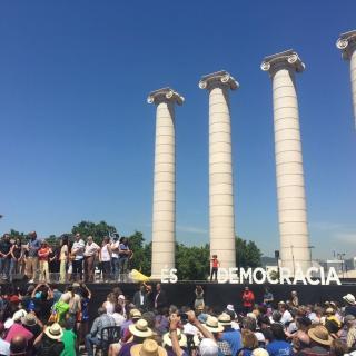 Les quatre columnes de Puig i Cadafalch,  teló de fons de l'acte Referèndum és Democràcia a Montjuïc