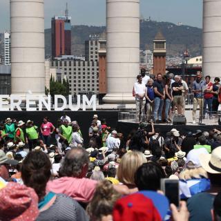 L'exentrenador del Barça Pep Guardiola llegeix el manifest de les enitats a l'acte Referèndum és Democràcia, aquest diumenge a Montjuïc