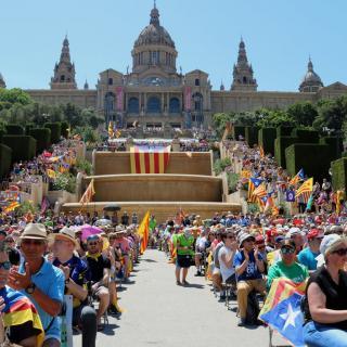 Milers de persones segueixen l'acte Referèndum és Democràcia a Montjuïc, als peus del Palau Nacional