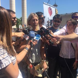 La consellera de Presidencia, Neus Munté, atén els mitjans abans de l'acte Referèndum és Democràcia, aquest diumenge a Montjuïc