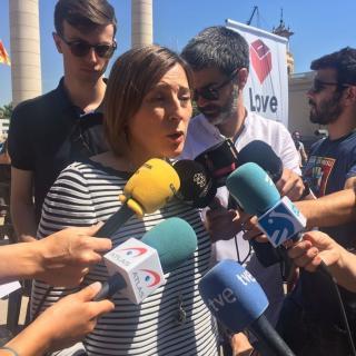 La presidenta del Parlament, Carme Forcadell, parla amb els mitjans abans de l'acte Referèndum és Democràcia, aquest diumenge a Montjuïc